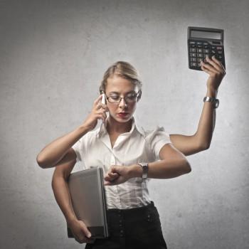 Intensivcoaching. Eine Frau hantiert mit vielen Armen und alle Rollen zu meistern.
